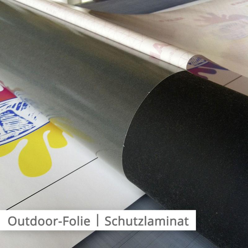 Laminat wird für zusätzlichen Schutz auf die Folie gepresst.