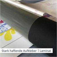 Ein unsichtbar auf der Folie angebrachtes Laminat schützt den Druck und die Farben von stark haftenden Aufklebern.