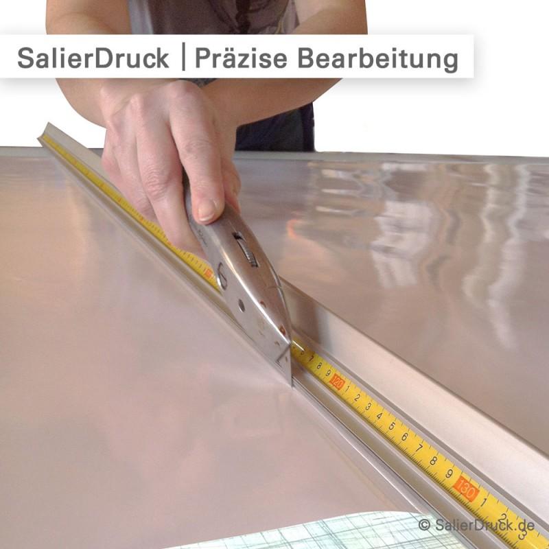 In der Druckerei wird die Digitaldruck Folie und Laminat oft auch per Hand geschnitten.
