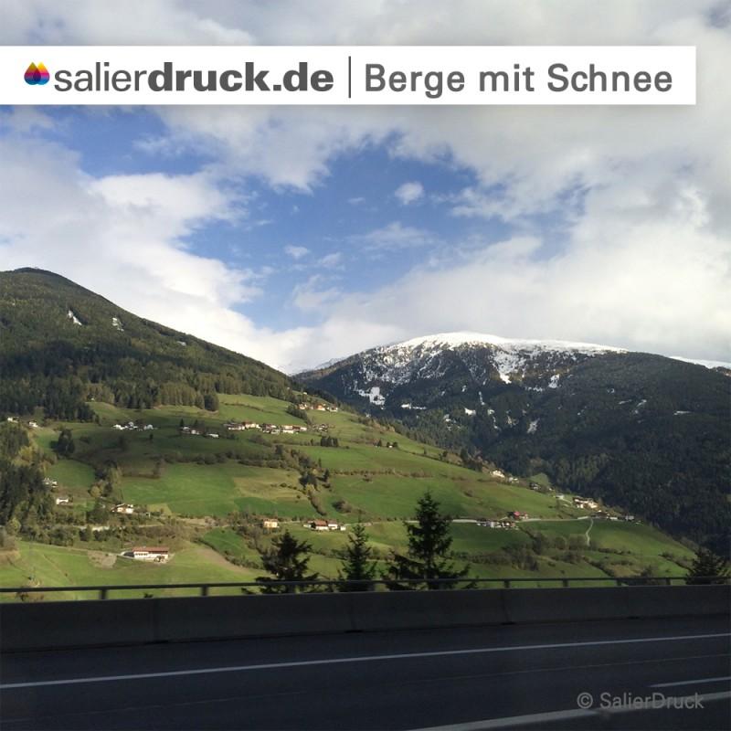 Die Aussicht unterwegs: Berge mit Schnee.