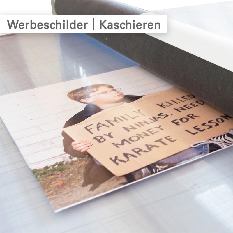 Auf Werbeschilder werden die Digitaldrucke kaschiert – SalierDruck.de