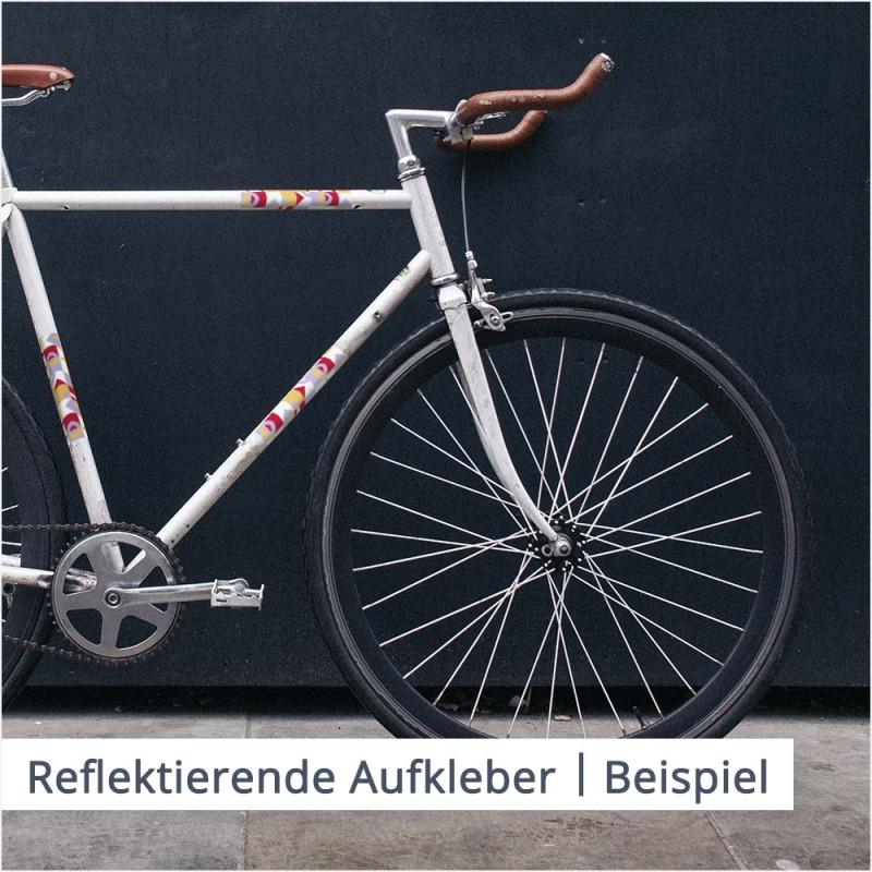 Fahrräder mit reflektierenden Aufklebern sind im Straßenverkehr besser sichtbar und helfen dabei, Unfälle zu vermeiden.