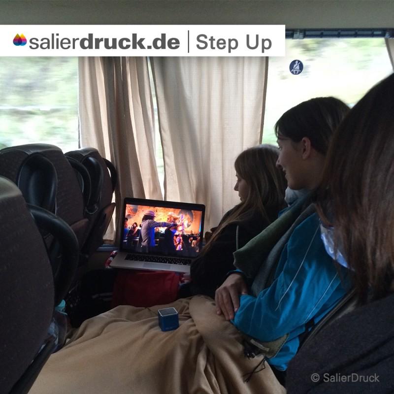 Während der Fahrt hat der Film 'Step Up' die Zeit verkürzt.