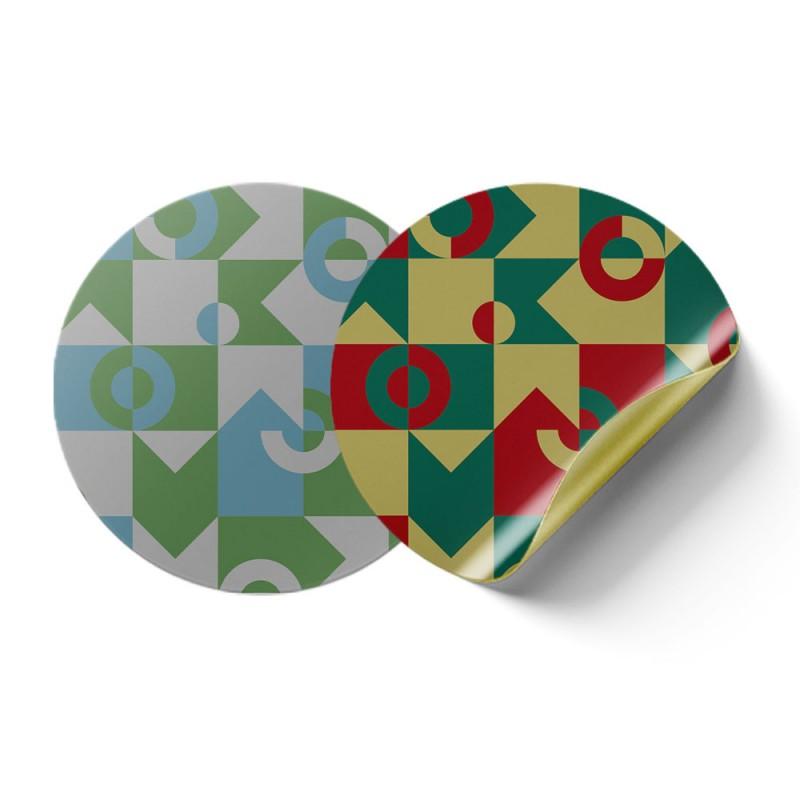 Runde Aufkleber in Metallicfarben sind besonders hübsche Dekoration.