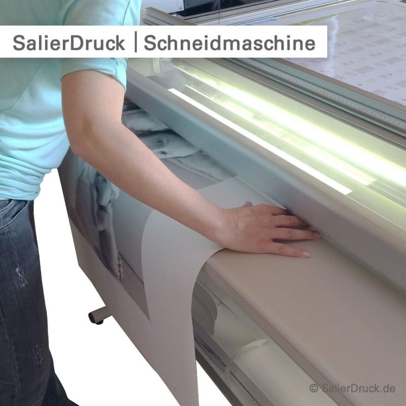 Digitaldruck im Großformat per Hand auf Endformat schneiden.