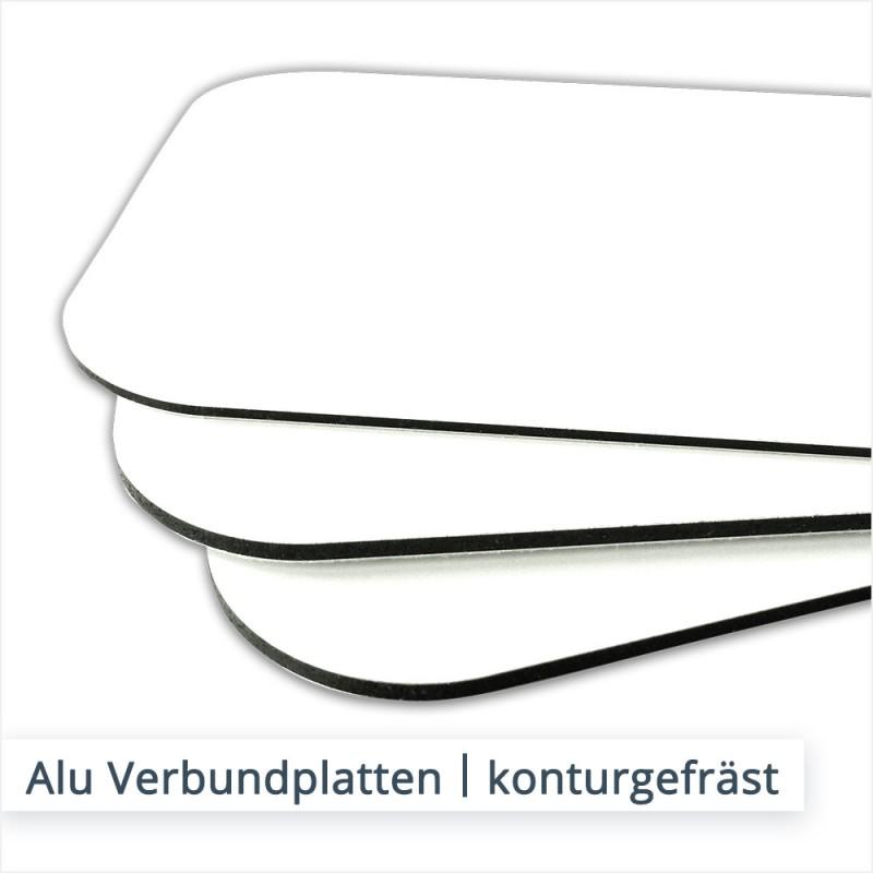 Konturgeschnittene Alu Verbundplatten bestehen aus einem schwarzen Kunststoffkern und zwei weiß beschichteten Aluminium Deckschichten.