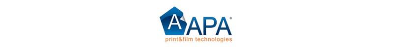 Charakteristisch für das Firmenzeichen von APA ist der Buchstabe A in einem fünfeckig geplotteten, blauen Aufkleber.