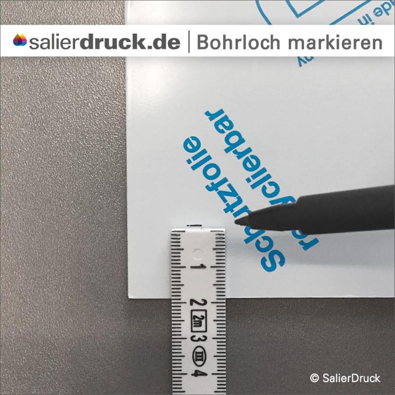 Richtig markiert: Den Abstand im gewünschten Maß abmessen und mit einem permanent Marker auf die Abdeckfolie zeichnen.