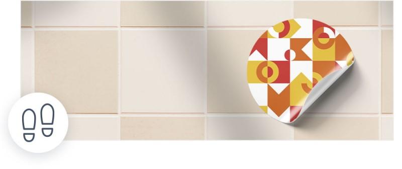 Unsere Bodenaufkleber sind geeignet für glatte Bodenoberflächen wie Fliesen, Marmorböden oder polierte Steinböden.